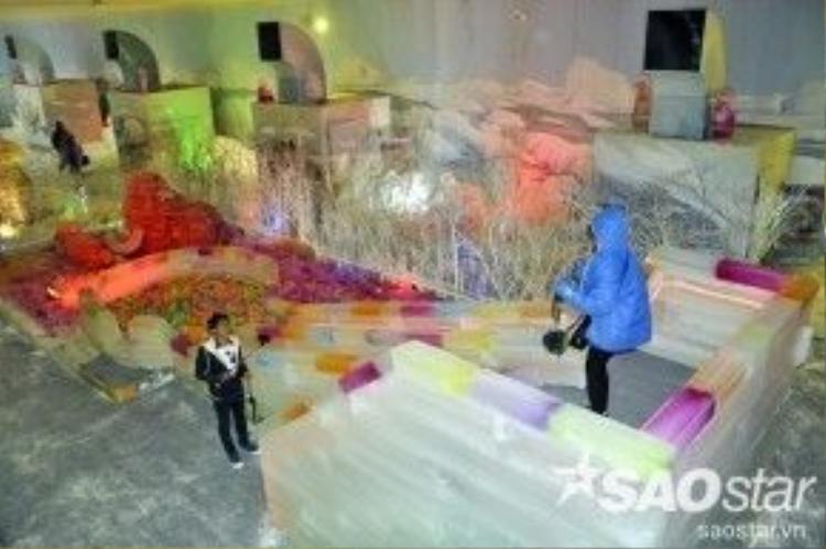 """Với diện tích rộng khoảng 1.500 m2, """"Bão băng tuyết vùng cực địa"""" được thiết kế hoàn toàn bằng những khối nước đá đóng băng, có máy tạo tuyết rơi, mang đến một trải nghiệm hoàn toàn mới lạ cho khách tham quan."""