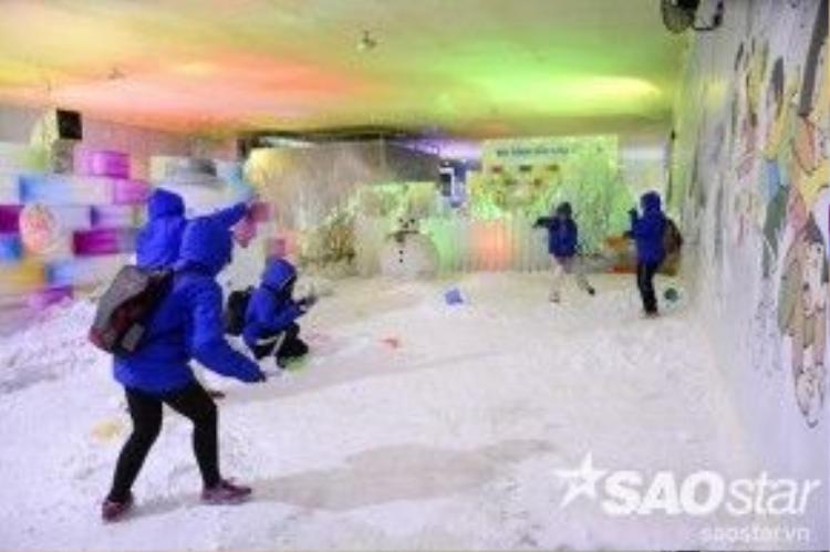 Căn phòng đầy tuyết để du khách thỏa thích chơi trò ném tuyết.