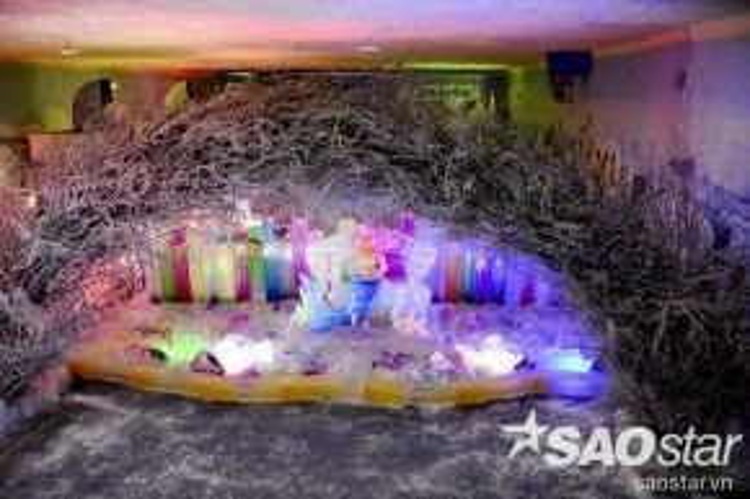 Băng tuyết lạnh giá kết hợp với âm thanh ánh sáng mang đến một không gian thật huyền ảo.