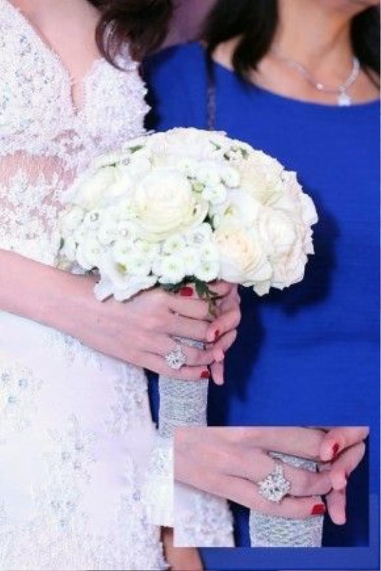 Ông xã của Thủy Tiên đã chi hơn 1 tỷ đồng cho chiếc nhẫn đính hôn dành tặng vợ.
