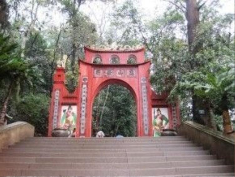 Đền Hùng: Theo chia sẻ của 5 hãng du lịch lớn nhất TP HCM là Sài Gòn tourist, Vietravel, Fiditour, TST tourist, Bến Thành tourist, tuyến tour đi miền Bắc có chương trình đến đền Hùng đều đã được bán hết từ rất sớm. Ảnh: Vinacel.