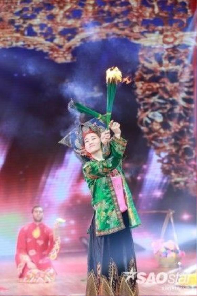 Khánh My không ngại đốt lửa múa nến trên sân khấu.