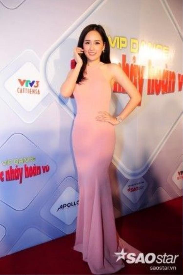 Không hẹn mà gặp, Mai Phương Thúy cũng vô cùng gợi cảm với bộ váy dài khoe vai trần.