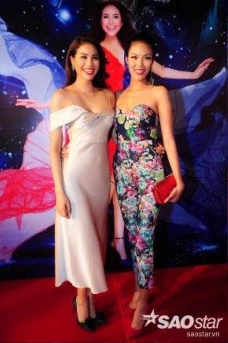 Cô khá thân thiết khi gặp Phạm Hương tại chương trình.