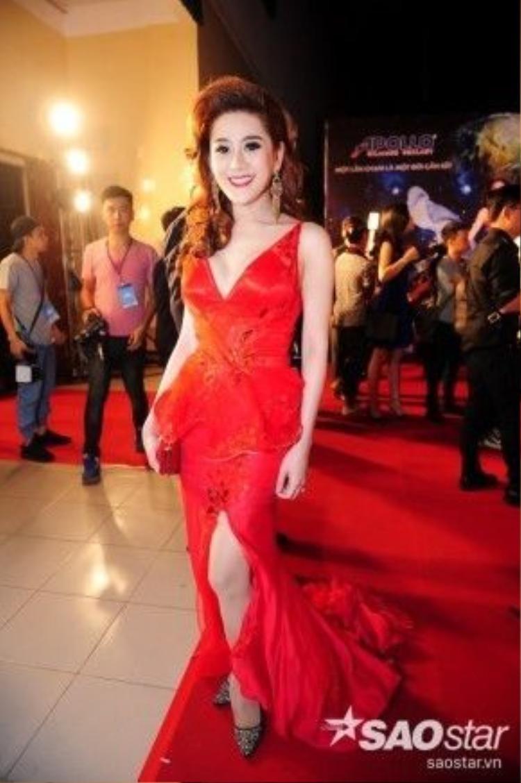 Lâm Chi Khanh nổi bật trong chiếc váy đỏ.
