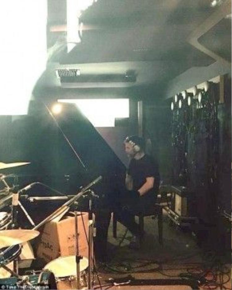 Vài ngày trước đó, Instagram của nhóm nhạc này đã đăng tải 1 hình ảnh hé lộ rằng 'Gary đang thu âm một vài đoạn chơi piano'