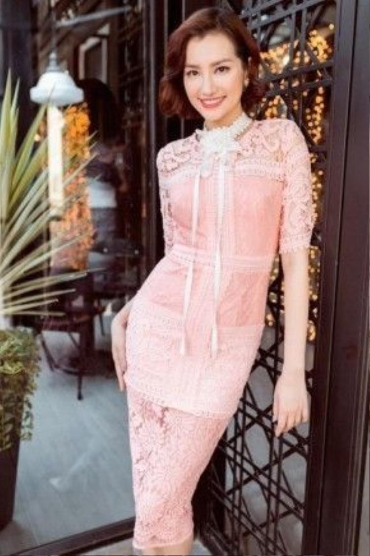 Hoa hậu Trúc Diễm diện đầm với gam màu hồng pastel ngọt ngào, nữ tính kết hợp cùng chất liệu ren xuyên thấu.