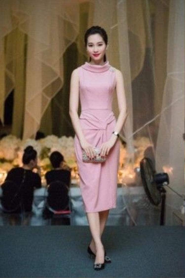 Hoa hậu Đặng Thu Thảo luôn chọn pastel làm tông màu chủ đạo trong những bộ cánh cô mặc. Gam màu pastel vô cùng phù hợp với những người có làn da trắng như cô.