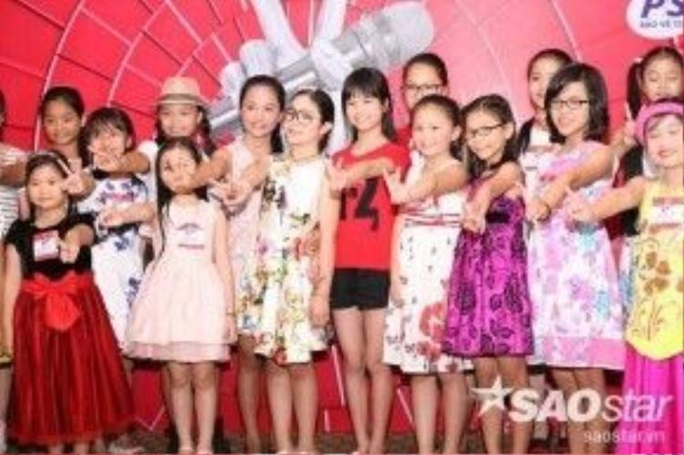 Sự xuất hiện của bé Hồng Minh giúp cho các thí sinh tự tin hơn và làm cho không khí buổi tuyển sinh trở nên rộn ràng hơn.