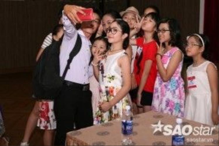 Các bé hào hứng chụp ảnh cùng Hồng Minh.