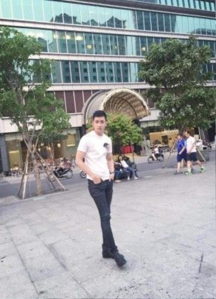 Siêu mẫu Võ Cảnh tuy đơn giản cùng áo thun trơn, quần skinny khoe khéo đôi chân thẳng tắp nhưng đã đủ tạo sức hấp dẫn vì vẻ ngoài điển trai, thư sinh cùng chiều cao nổi bật của anh chàng.
