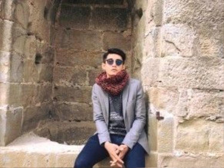 """""""Hot boy khiêu vũ"""" Quang Đăng trông thật ấm cúng khi có kiểu mix layer tầng lớp như áo len, veston màu ghi xám cùng mẫu khăn quàng chất liệu len thô màu đỏ hung vừa có thể giữ ấm, vừa tạo được điểm nhấn cho cả set đồ của anh chàng khi đang có chiến du lịch thưởng ngoạn tại kinh đô ánh sáng Paris vừa qua."""