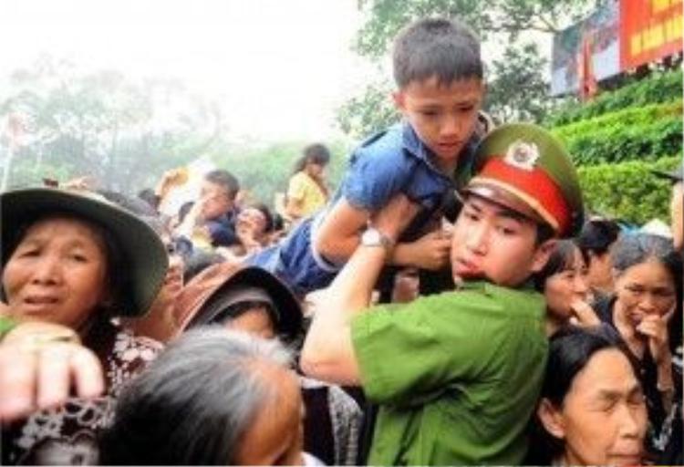 Dòng người cứ thế xô đẩy nhau tiến tới mà không hề chú ý đến trẻ nhỏ. Họ sẵn sàng giẫm đạp nhau để được là người đi trước.
