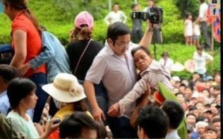 Ngạt thở giữa đám đông, không ít người lớn tuổi đã ngất xỉu.