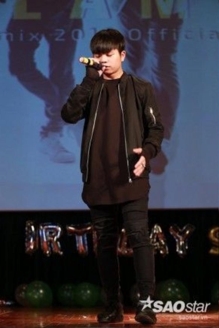 Quang Anh khoe giọng hát nội lực trên sân khấu.