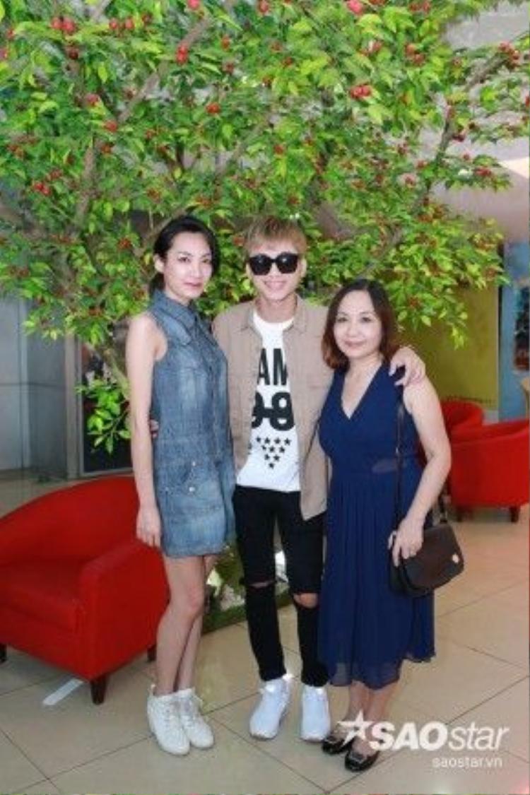 Mẹ và chị gái cũng tới buổi fan meeting cùng Soobin.