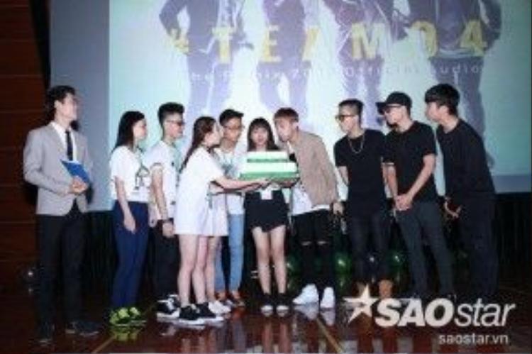 Nam ca sĩ cùng mọi người thổi nến mừng kỷ niệm 2 năm thành lập FC Soobin Hoàng Sơn.