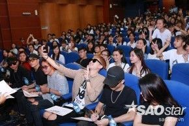 Trước khi lên sân khấu, Soobin không quên ngồi ký tặng và chụp hình tự sướng cùng các fan.