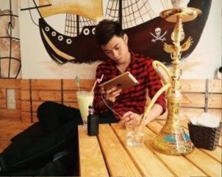 Khác với những hot teen trên, Vương Anh không đi chơi đâu, chỉ làm việc tại quán cafe mới mở của mình. Hot boy cho biết, từ ngày lên chức ông chủ, anh bận rộn hơn, nhưng vẫn vui vì những gì đang theo đuổi.