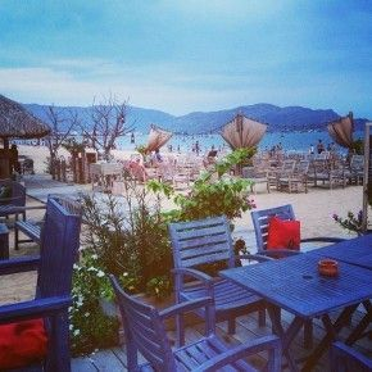 Là một địa chỉ mới nổi đối với giới trẻ Quy Nhơn và khách du lịch, tuy vậy nơi đây đã nhanh chóng chiếm được cảm tình nhờ không gian quán tuy đơn giản nhưng hòa hợp với bờ biển đầy tinh tế và lãng mạn.
