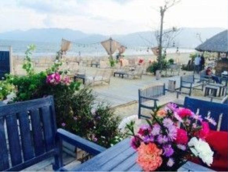 Ngồi thưởng thức những món đồ uống tại quán, du khách có thể tận hưởng không gian ngoài trời thoáng đãng với những làn gió biển mát rượi và tiếng sóng vỗ rì rào.