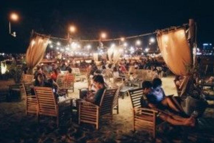 Ghé thăm quán vào buổi tối, bạn sẽ bất ngờ bởi khung cảnh cực kỳ lãng mạn với những mảng màu nhẹ nhàng, lung linh dưới bầu trời đêm.