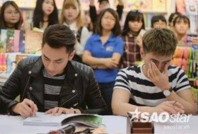 Chăm chỉ ký sách tặng fan.