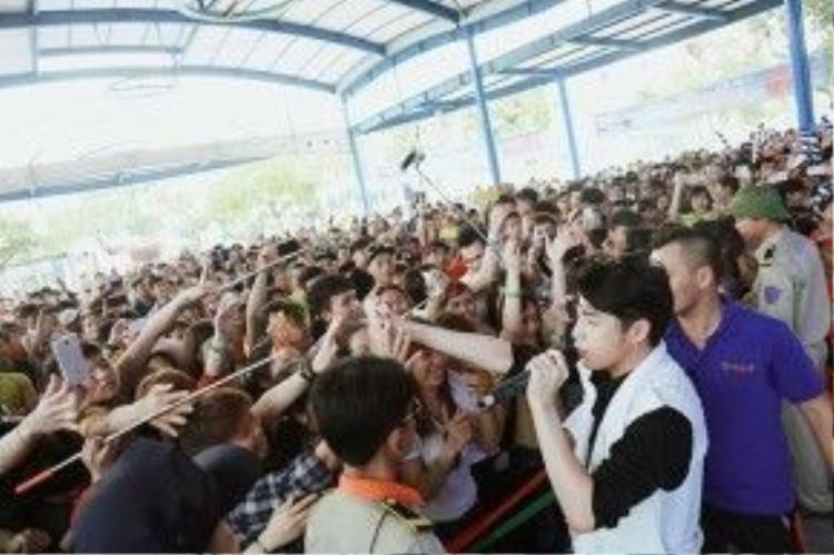 Noo Phước Thịnh giao lưu hết mình với fan.