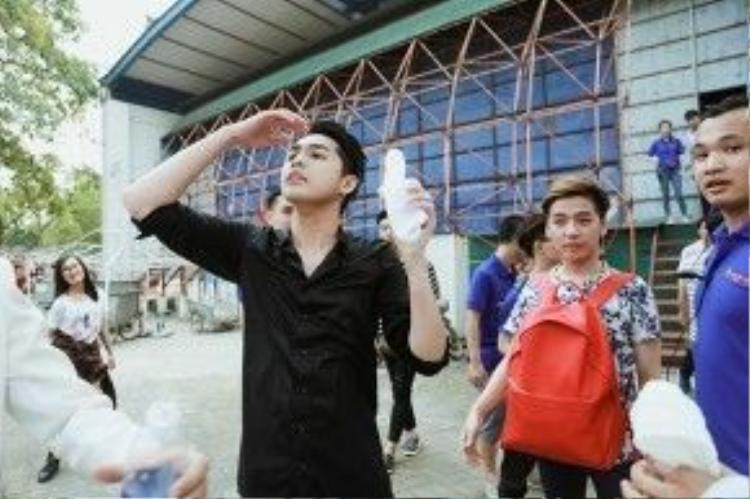 Anh chàng cũng nhận được tình cảm của fan bằng các hành động như tặng nước uống, thậm chí có fan nữ còn bất chấp hàng rào bảo vệ để lao lên… lau mồ hôi chon nam ca sĩ.