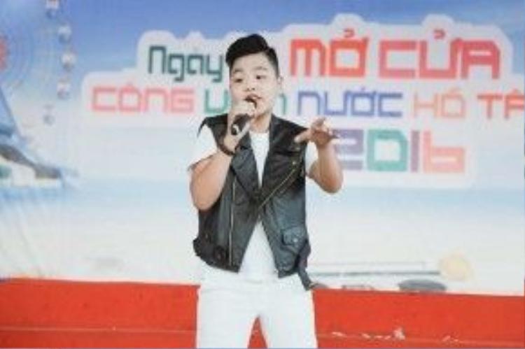 Trong sự kiện âm nhạc, Tiến Quang là người biểu diễn trước. Cậu bé thể hiện hai ca khúc là Bay và Cánh chim lạ.