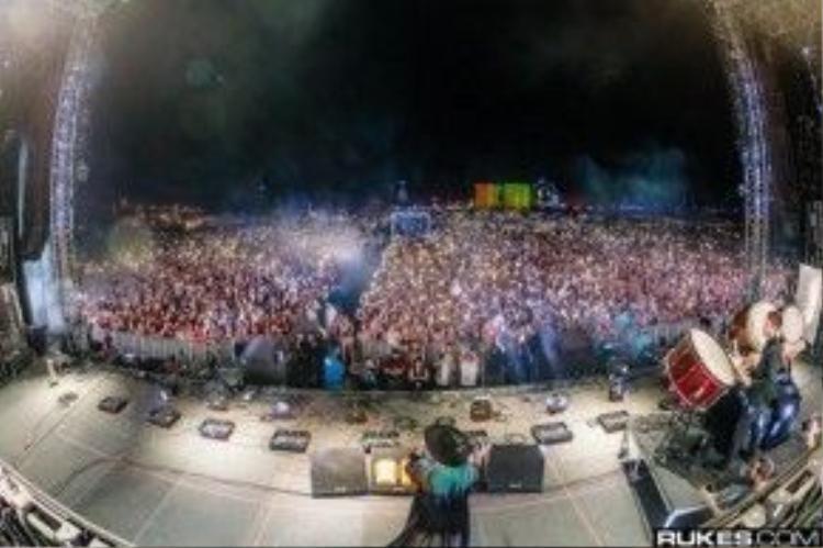 Kesha trở về trong sự hoan hô của hàng ngàn khán giả.