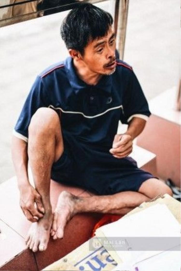 Đi chơi mỏi chân, ông Tiến lại ngồi một chỗ ngơ ngác nhìn mọi người xung quanh.