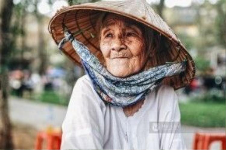 Bà Nhẫn có gương mặt hằn lên nhiều nếp nhăn, một bên mắt đã mù vì bị bệnh viêm nội thống và mắt bên kia cũng sắp lòa vì bệnh đục thủy tinh thể.
