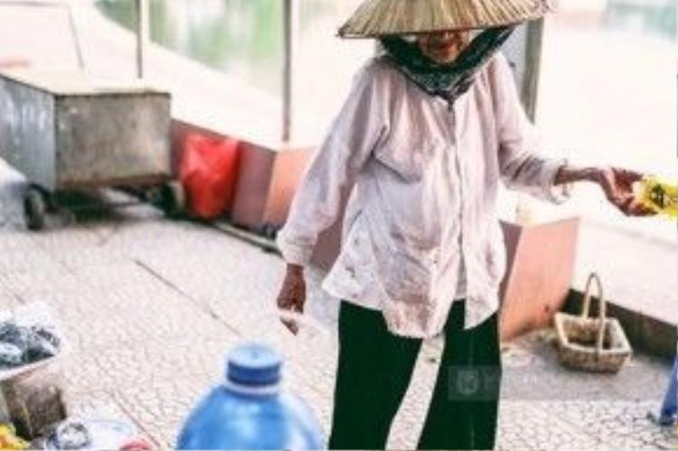 Bà Nhẫn nhặt nhạnh vỏ chai để bán kiếm thêm ít tiền.