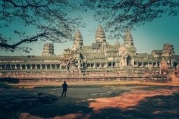 Từ thế kỷ 9, những kiến trúc sư cùng các tay thợ tài hoa nơi này đã tạo dựng nên một quần thể kiến trúc vĩ đại, với 600 công trình nằm rải rác trong một vùng rừng núi rậm rạp rộng 45 km2. Trong hình là phía cổng sau của Angkor.