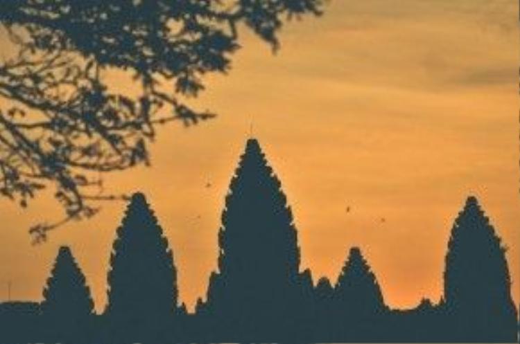 Tới Angkor, ai cũng muốn ngắm hoàng hôn và bình mình nơi này. Hoàng hôn khi phủ bóng xuống những ngôi đền mang lại sự huyền bí không thể lẫn với bất cứ đâu.