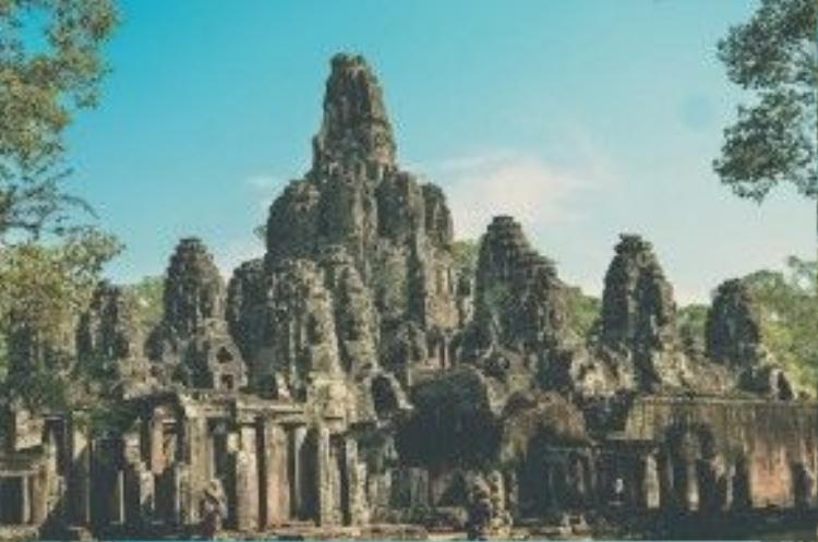 Đền Bayon tạo cho du khách cảm giác bay bổng, và chinh phục họ hoàn toàn bởi vẻ đẹp mẫu mực và đầy sống động. Ngôi đền được tạo thành bởi 50 ngọn tháp bằng đá. Cốt lõi của nó là một quần thể kiến trúc được xây dựng kiểu bậc thang với 16 bảo tháp hạng trung, và nhiều tháp nhỏ liên kết với nhau.