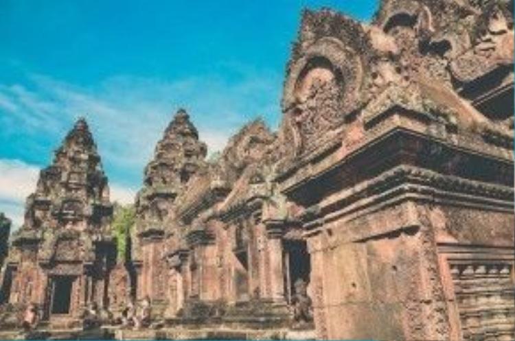 Ngôi đền cuối cùng, bé nhỏ nhất và nổi tiếng xinh đẹp trong quần thể Angkor là Banteay Srei. Đây không phải là một ngôi đền điển hình ở Angkor, vì nó nằm xa những di tích lớn khoảng 25 km.