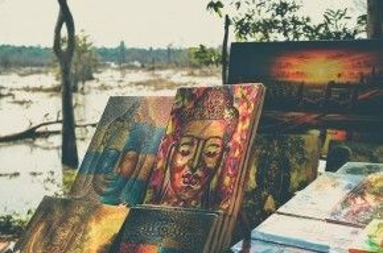 Những bức tranh mô tả Phật giáo và Angkor được bày bán rất nhiều trên đường đi. Mỗi ngày đón hàng trăm ngàn lượt khách tới tham quan, khu di tích Angkor đang đứng trước tình trạng báo động về chất lượng và khả năng tồn tại.
