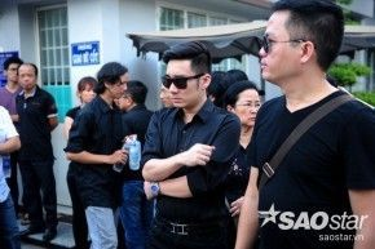 Ca sĩ Quang Hà có mặt để đưa nhạc sĩ về nơi an nghỉ cuối cùng.