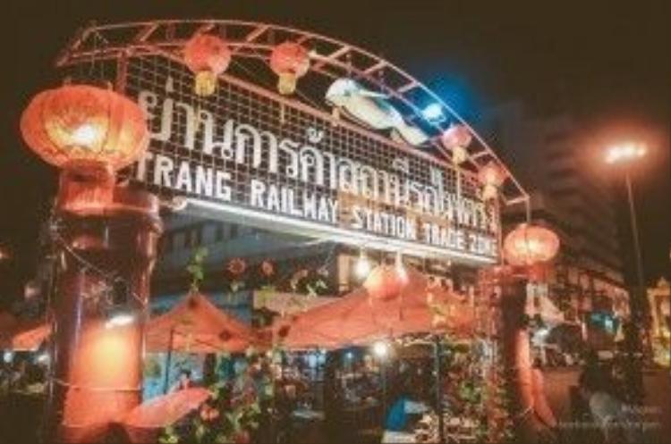 Trang Railway Station Trade Zone là chợ đêm lớn nhất khu vực này.