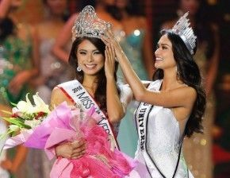 Phút đăng quang khi nhận được vương miện từ Pia Alonzo.