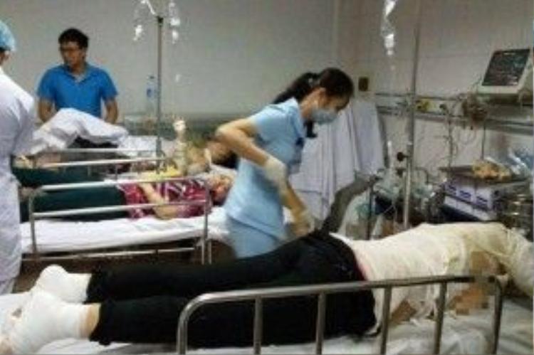Các công nhân đang được cấp cứu tại bệnh viện.