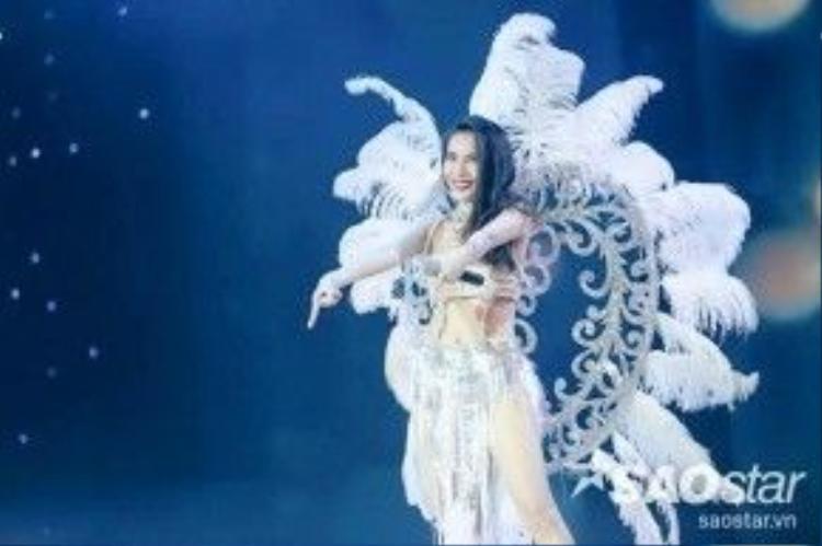 Thủy Tiên vô cùng xinh đẹp, quyến rũ bên đôi cánh lộng lẫy trên sân khấu Chung kết Bước nhảy hoàn vũ 2016 vừa qua.