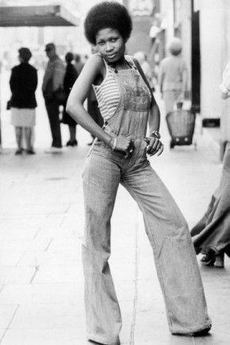 Quần yếm ống loe vẫn đang giữ được vị trí tốt trong mùa hè năm nay. Bức ảnh này được chụp từ năm 1973. Mọi phái đẹp đều có thể lấy lại hứng cảm mặc đồ từ cô gái trong bức ảnh mà chẳng hề sợ gắn mác lỗi thời .