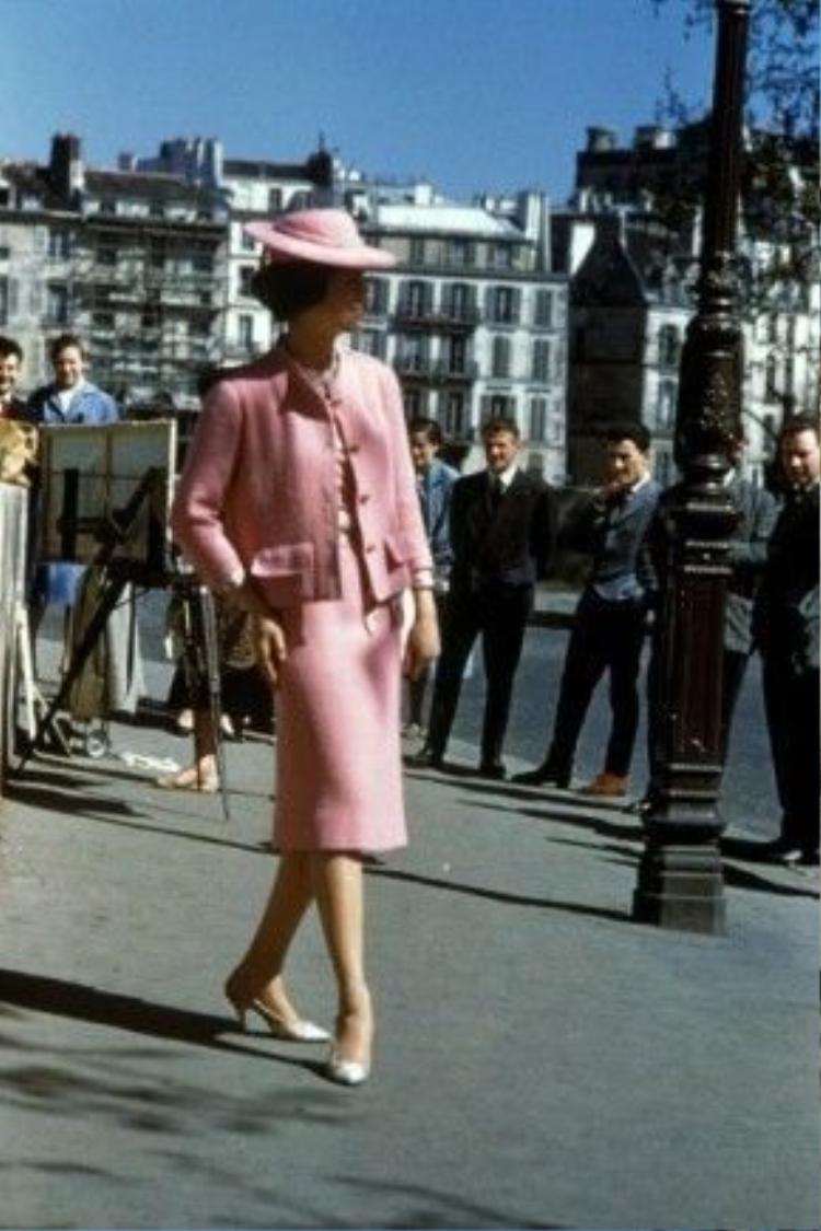 Cách tạo dáng của cô gái trong ảnh đặt tay lên lên bắp đùi thay vì eo như các fashionista vẫn hay làm bây giờ. Bức ảnh ghi lại khoảnh khắc được chụp từ những năm đầu 1960s.