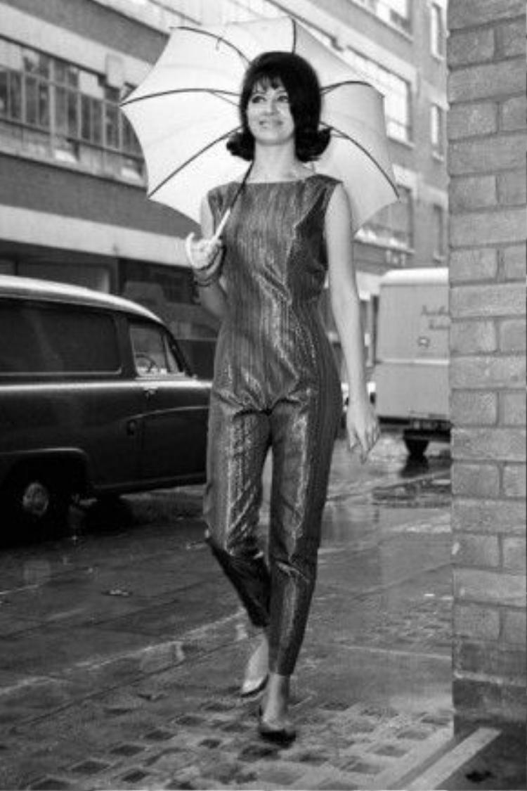"""Bộ jumsuit ánh kim sẽ thật đẹp ngay cả khi chỉ có màu đen và trắng. Hình ảnh cô gái bước đi trên đôi giày bệt kinh điển, tay cầm dù, mắt hướng về phía xa xăm giữa tiết trời đang đổ mưa chính là công thức """"vi diệu""""cho ảnh shoot ảnh streetstyle!"""