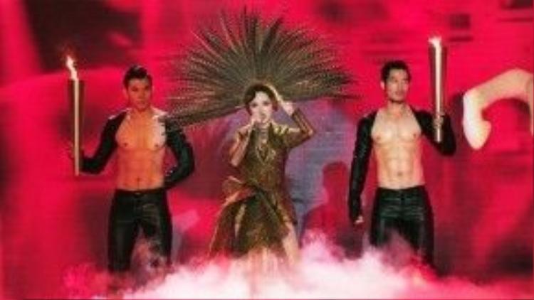 Tóc Tiên trình diễn Ngày mai trên sân khấu The Remix 2015.