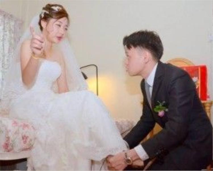 """Một bức ảnh chụp lại khoảnh khắc """"khó đỡ: trong bộ ảnh cưới """"độc nhất vô nhị"""" của cặp đôi người Singapore."""