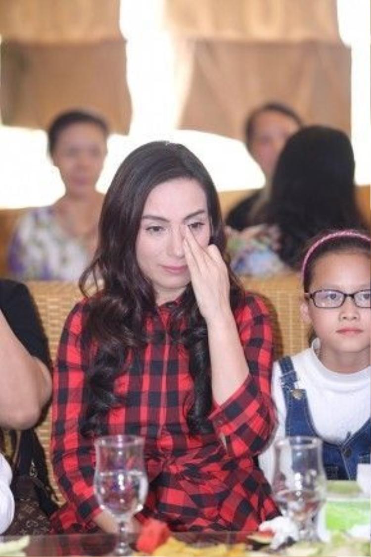 Chị Hai Phi Nhung (tên gọi thân mật mà fan dành cho nữ danh ca) xúc động nghẹn ngào.